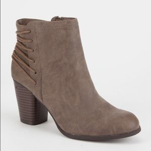 NWOT MADDEN GIRL LACE-UP BACK ANKLE BOOTIES
